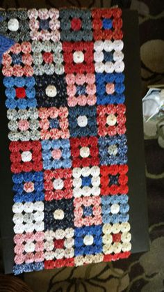 Yoyo table runner Diy Home Crafts, Diy Craft Projects, Sewing Projects, Quilt Block Patterns, Quilt Blocks, Granny Square Crochet Pattern, Crochet Patterns, Yo Yo Quilt, Cute Embroidery