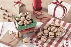Baci di dama with Nutella - DIY Christmas Cookies Cup Cake Nutella, Biscuit Nutella, Nutella Spread, Nutella Cookies, Whoopie Pies, Pavlova, Holiday Treats, Holiday Recipes, Christmas Recipes