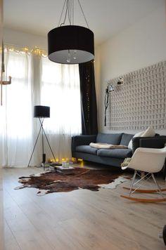 Schöne gemütliche Einrichtungsidee für WG-Zimmer: Couch, Sessel und Kuhfell als Teppich.  WG in Berlin.  #Zwischenmiete #Neukölln #WG
