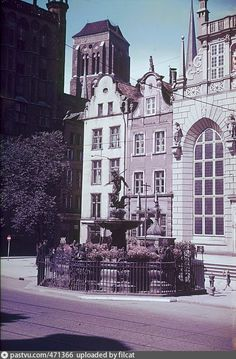Langer Markt. Neptunbrunnen, Danzig 1936 - 1942 Danzig, Warsaw, Notre Dame, Germany, Mansions, House Styles, Building, Travel, Home Decor
