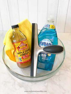 Vinegar Window Cleaner, Cleaning Windows With Vinegar, Cleaning Outside Windows, Clean Outdoor Windows, Best Window Cleaner, Window Cleaner Recipes, Best Glass Cleaner, Homemade Glass Cleaner, Washing Windows