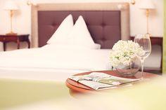 Elegant ausgestattetes Zimmer im Parkhotel Graz Accent Chairs, Elegant, Furniture, Home Decor, Graz, Classy, Homemade Home Decor, Home Furnishings, Decoration Home