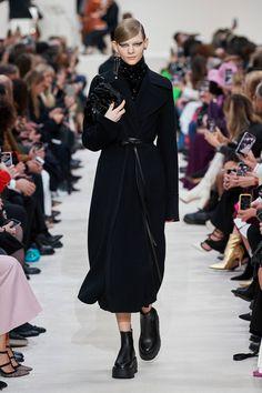 Valentino Fall 2020 Ready-to-Wear Fashion Show - Vogue Dope Fashion, Fashion 2020, Modest Fashion, Fashion News, Runway Fashion, Fashion Outfits, Fashion Trends, Fashion Coat, Style Fashion