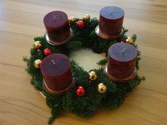 Adventskerzen und Weihnachtskerzen - farbenfrohe natürliche Naturkerzen für eine besinnliche Zeit  Bei econanda finden Sie für die Adventszeit besondere Naturkerzen mit traumhaften Düfte oder außergewöhnlichen Oberflächenstrukturen. Setzen Sie bei Ihrer Adventsdekoration mit schönen Kerzen Akzente - etwa als Blickfang auf dem Esstisch oder Sideboard.  Besonders zur Adventszeit sind die Kerzen wunderschön auf einem Adventskranz anzusehen.