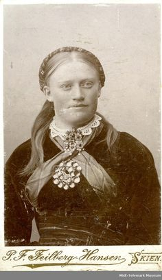 Portrettfoto av Dorte O. History Of Norway, Norse Pagan, Arctic Circle, Lofoten, Folk Costume, Antique Photos, Ancestry, Traditional Dresses, Folklore
