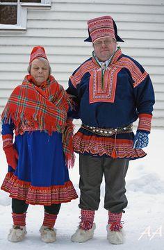 Kirkkotiellä, Saamelaisten kansallispäivä, Inari 2010 by Aili Alaiso, Finland Folk Costume, Costumes, Lapland Finland, Folk Clothing, World Cultures, Winter White, Christmas Sweaters, Traditional Outfits, People