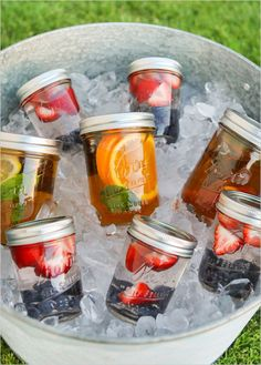 Sun tea is the best! Summertime Sun Tea in Mason Jars - cute for a summer party Comida Picnic, Brewing Tea, Mason Jar Diy, Pots Mason, Mason Jar Drinks, Smoothies In Mason Jars, Mason Jar Lemonade, Mason Jar Party, Mason Jar Glasses