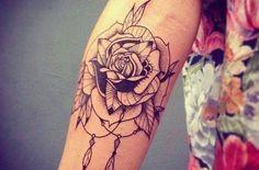 Rosen Feder Tattoo am Arm #tattoo #inkedgirl #tattoos #ink #inked