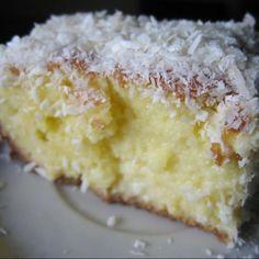 kafka na praia: Bolo de coco - yum love this cake from Brasil! Sweet Recipes, Cake Recipes, Snack Recipes, Cooking Recipes, Köstliche Desserts, Delicious Desserts, Portuguese Desserts, Portuguese Recipes, Easy Smoothie Recipes