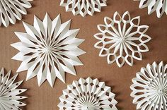 Material: · weißes Papier · Klebstoff · weißen Bindfaden/Zwirn · Scher… Material: · white paper · glue · white twine · twisted scissors, thick needle or punch pliers Cut paper strips – 42 cm x 5 cm. Paper to a 1 cm wide accordion fa … Origami Christmas Tree, Quilling Christmas, How To Make Christmas Tree, Easy Christmas Crafts, Christmas Makes, Christmas Stars, Beautiful Christmas, Christmas Time, Christmas Tree Decorations