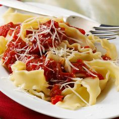 Pasta with Red Pepper Sauce This vibrant vegetable sauce is great for vegetarian meals. Use it over pasta, vegetables, or beans instead of a marinara sauce. Pasta Recipes, Diet Recipes, Vegetarian Recipes, Cooking Recipes, Kidney Recipes, Health Recipes, Sauce Recipes, Bread Recipes, Red Pepper Pasta