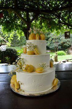 Hochzeitstorte mit Kamille und Zitronen Macarons