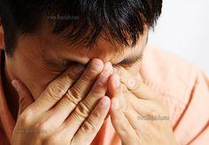 بسیاری از افراد چشم های حساسی دارند و به هنگام آرایش با مشکلات زیادی روبرو می شوند. از جمله این مشکلات التهاب و قرمز شدن این نوع پوست است و این موضوع به خصوص در هنگام آرایش کردن بیشتر دیده می شود. اما خوشبختانه در صورتی که نکاتی در مورد این موضوع رعایت شود، می توان به راحتی  چشم های حساس را هم  آرایش کرد. در این مقاله از سایت رژلب به بررسی این نکات پرداخته شده است. #آرایش_چشم #چشم_حساس