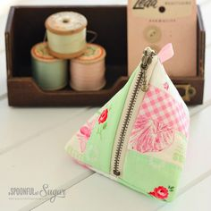 Lisa from A Spoonful of Sugar shares a tutorial for making a cute little pyramid zip pouch. The patchwork design is a great way to use up your smaller scraps! You can do any patchwork design you … Bag Patterns To Sew, Sewing Patterns Free, Sewing Tutorials, Tutorial Sewing, Bag Tutorials, Tote Pattern, Diy Tutorial, Zipper Pouch Tutorial, Purse Tutorial