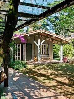 Erguida há mais de 15 anos, a casa pré-fabricada de maçaranduba remoçou com a nova pintura e com o deck que a contorna.