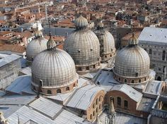 ROMANIZM. Bazylika św. Marka w Wenecji. Kościół na planie krzyża greckiego, gdzie każde ramię przykryte jest kopułą. Ich zastosowanie wynika z wpływów bizantyńskich, które w Wenecji były silne, gdyż pozostawała ona pod zarządem bizantyńskiego gubernatora.