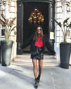Emelie Natashca investiu num visual mais urbano com direito a saia de couro, meia arrastão e casaco de pelúcia, ou seja as peças mais bombadas do momento.