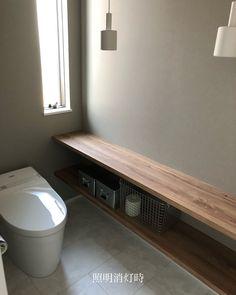 ・ トイレの照明を 点灯している時と消灯している時 雰囲気が変わってどちらも好きなのです◯ ・ ・ #トイレ #トイレインテリア #照明 #間接照明 #雰囲気 #カウンター #グレークロス #トイレの収納 #トイレットペーパー収納 #トタンボックス #無印良品 #だんだん生活感が出てきます #トイレのマットを敷きたくない #しかし敷きます… #子供のトイレトレーニングが始まる #やらねばならぬ #マイホーム #平屋 #h家