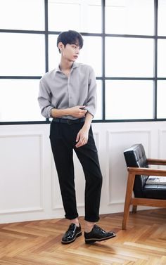 Korean Fashion Men, Asian Fashion, Mens Fashion, Fashion Outfits, Korean Men Style, Human Poses Reference, Pose Reference Photo, Style Masculin, Figure Poses