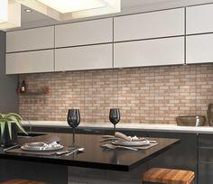 O detalhe do revestimento com tijolo aparente aplicado na parede fez toda a diferença nessa cozinha. As cores neutras com a mesa preta trazem estilo contrastante ao ambiente. Ideal para receber os amigos. #inspirações #Tecnogres  Ref. RV58450 | 30x58cm | Acetinado