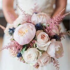 I love soft and romantic wedding colour scheme. How beautiful is this bouquet 🌹