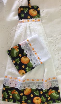 Oven Hand Towels - instructions from kleiosbelly. Dish Towel Crafts, Dish Towels, Hand Towels, Tea Towels, Sewing Hacks, Sewing Crafts, Sewing Projects, Hanging Towels, Christmas Sewing