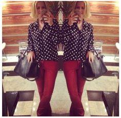Blusa de bolinhas e calça vermelha