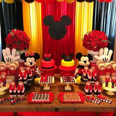 Festa de hoje: Mickey e Minnie para comemorar os 4 anos da Duda e da Bella! ❤️ #festamickey #festaminnie #festainfantil #mickeyparty Mickey Party, Festa Mickey Baby, Theme Mickey, Fiesta Mickey Mouse, Mickey Mouse Parties, Elmo Party, Dinosaur Party, Dinosaur Birthday, Mickey Mouse Birthday Decorations