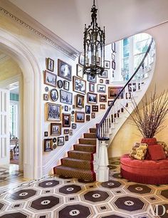 Gallery Wall Dining Room : Mario Buatta Decorates a Stately Charleston Mansion for Patricia Altschul : Architectural Digest Architectural Digest, South Carolina Homes, Charleston South Carolina, Patricia Altschul, Mario Buatta, Apartment Decoration, Decoration Chic, Flur Design, Charleston Homes
