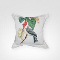 A almofada ''Pássaro'', da marca Olhar o Brasil, é ideal para casas de veraneio. A peça é vendida no Arkpad e conta com variedade de pássaros em sua estampa.
