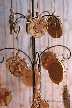 bellissimi con la balsa Wood Crafts for Christmas - Natural Christmas Tree Ornaments Crafted From Wooden Branch Slices Christmas Wood Crafts, Christmas Projects, Holiday Crafts, Christmas Crafts, Wooden Ornaments, Handmade Ornaments, Christmas Tree Ornaments, Ornament Tree, Xmas Trees