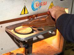 Der Laufsohlenkleber wird kurz vor der Verklebung in der Laufsohlenpresse in einem Erhitzer etwa 10 Sekunden bei 80°C bis 100°C aktiviert.