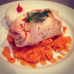 Rolinho de linguado recheado com palmito e queijo de cabra + purê de cenoura com chia! Receita no blog: menusemgluten.wordpress.com