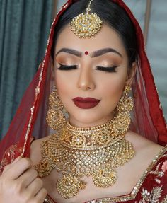Make-Up Braut Brautschmuck Gold Indische Lynne Makeup Schmuck Seawells und World Indische Braut Make-up und Schmuck. Braut Make-up # Braut # Braut Make-up Lynne Seawells World Pakistani Bridal Makeup Red, Indian Wedding Makeup, Asian Bridal Makeup, Indian Bridal Outfits, Indian Bridal Hairstyles, Indian Bridal Lehenga, Bridal Makeup Looks, Bridal Hair And Makeup, Wedding Hairstyles