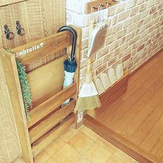 女性で、の1×4DIY/ベニア板/狭い玄関/廃材DIY/廃材利用/傘立て…などについてのインテリア実例を紹介。「我が家の狭~い玄関にはニトリの傘立てを置いていたけど6人分の傘は入らないし倒れるし……(´×ω×`) 雨の日が嫌いでした(๑•́ω•̀๑) そこで 廃材だけで作れないかなぁと思いみなさんの素敵な傘立てを参考に作ってみましたッ٩(。•ω•。)و とりあえず場所取らないし、6本かけられる〜(o´罒`o)ニヒヒ♡」(この写真は 2016-06-15 10:57:42 に共有されました)