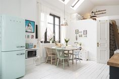 High Quality White Kitchen With Pastels (and A Smeg Friedge) In A Charming One Room Swedish  Apartment Cucina Total White Con Colori Pastello, Grazie Anche Al  Frigorifero ...