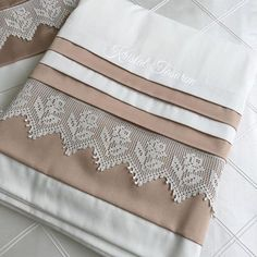 This Pin was discovered by Bel Crochet Borders, Crochet Stitches, Bad Cover, Bed Cover Design, Frock Fashion, Quilling Techniques, Baby Knitting Patterns, Linen Bedding, Bed Sheets