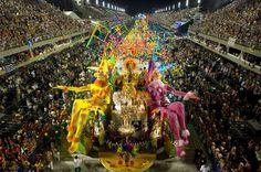Défilés multicolores. L'école de samba de Sao Clemente, a donné lundi soir le coup d'envoi des derniers fastueux défilés du carnaval de Rio de Janeiro, apothéose de la plus grande et torride fête populaire du monde. L'événement, débuté il y a deux semaines, a réuni quelque 6 millions de Cariocas et de touristes lors de 700 fêtes de rues. Le carnaval brésilien, le plus grand et le plus populaire au monde, a lieu tous les ans entre l'Epiphanie et le Carême.