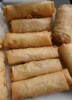 Kleine loempia's met een vulling van groenten en kip.