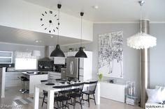 keittiö,pinnatuolit,vaaleanharmaa seinä,mustavalkoinen sisustus,minun keittiöni