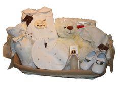 www.lacestitadelbebe.es En esta canastilla hacemos una apuesta por los colores crema y dorado,un toque de elegancia para los papas mas selectos. El regalo perfecto para los bebes mas coquetos.