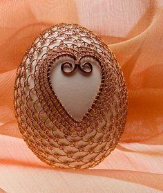 Dekorace - Kraslice se srdíčkem Wire Wrapped Jewelry, Wire Jewelry, Wire Ornaments, Egg Art, Wire Weaving, Food Crafts, Egg Decorating, Metal Crafts, Wire Art