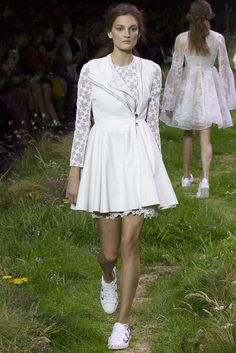 Explore the looks, models, and beauty from the Moncler Gamme Rouge Spring/Summer 2016 Ready-To-Wear show in Paris on 7 October with show report by Scarlett Conlon Fashion Week 2018, New York Fashion, Runway Fashion, Spring Fashion, Fashion Show, Paris Fashion, Moncler, 2016 Wedding Trends, Vogue Photo