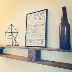 Poster vundet i giveaway, hjemmelavet hus af grillspyd, ølflaske med lyskæde i og vores fede pallehylde ☺️