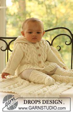 Matheo / DROPS Baby 17-2 - Completo lavorato ai ferri formato da cardigan con cappuccio, calze e coperta con trecce per neonati e bambini in DROPS Merino Extra Fine.