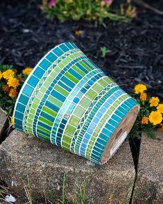Mosaic Planters, Garden Mosaics, Mosaic Flower Pots, Mosaic Glass, Stained Glass, Glass Art, Flora Garden, Mosaic Art Projects, Mosaic Stepping Stones