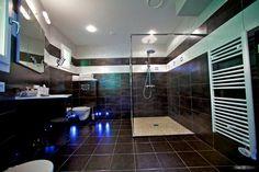Intérieur d'une salle de bain dans une maison de cèdre. La construction se situe à Beaune au château de Challanges