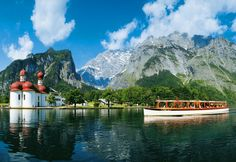 Königssee und St. Bartholomä    Der fjordartig eingebettete Königssee ist acht Kilometer lang, bis zu 1,2 Kilometer breit und liegt 602 Meter über NN. Mit einer maximalen Wassertiefe von 192 Metern bleibt das Wasser des Königssees auch im Hochsommer verhältnismäßig kalt.