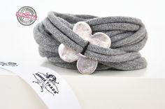 Stoffarmband gewickelt hell grau mit flacher versilberter Blume Wickelarmband Schmuck für Frauen