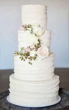 ideas for wedding decoracion white bridal musings Ivory Wedding Cake, Beautiful Wedding Cakes, Beautiful Cakes, Classic Wedding Cakes, Vintage Wedding Cakes, Plain Wedding Cakes, 4 Tier Wedding Cakes, Easy Wedding Cakes, Spring Wedding Cakes